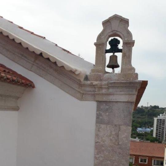 Campanário da Igreja de São Romão de Carnaxide com sino recuperado