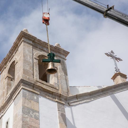 Colocação de sinos na torre da Igreja de São Romão de Carnaxide